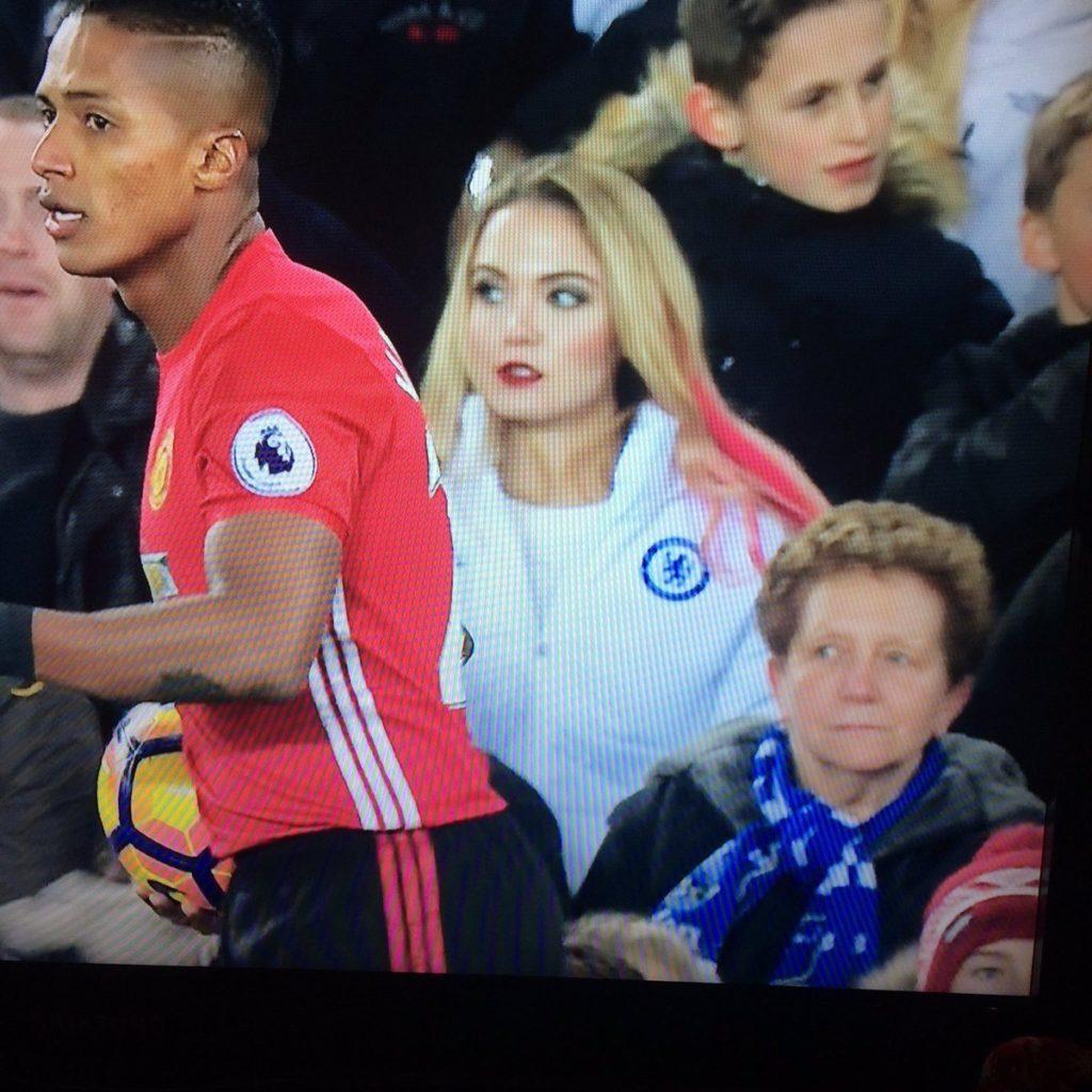 Fan nữ Chelsea gây sốt trong trận hòa thất vọng của Man Utd vì... quá đẹp - Ảnh 1.