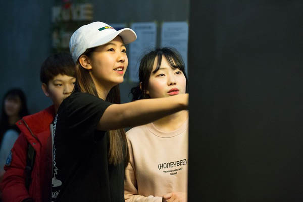 Những bức ảnh bên trong 1 lò đào tạo thần tượng tuổi teen ở Hàn Quốc - Ảnh 8.