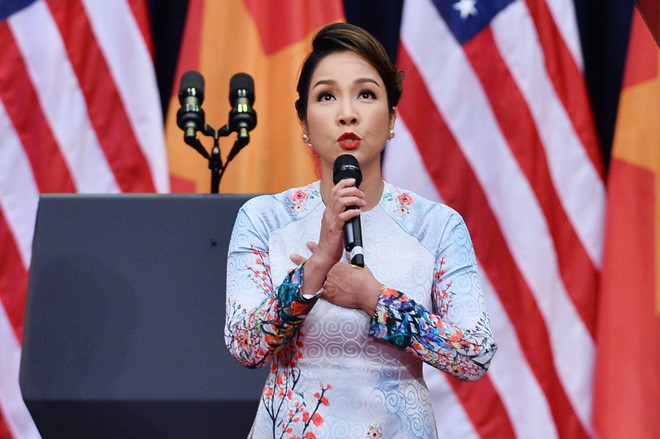 Hồng Nhung bất bình lên tiếng vụ Mỹ Linh bị ném đá khi hát Quốc ca tiếp đón Obama - Ảnh 1.