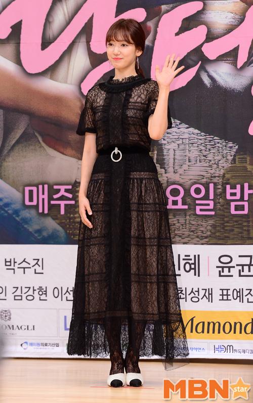 Bị dìm chiều cao bên người đẹp Cheese in the trap, Park Shin Hye vẫn xinh như công chúa - Ảnh 1.
