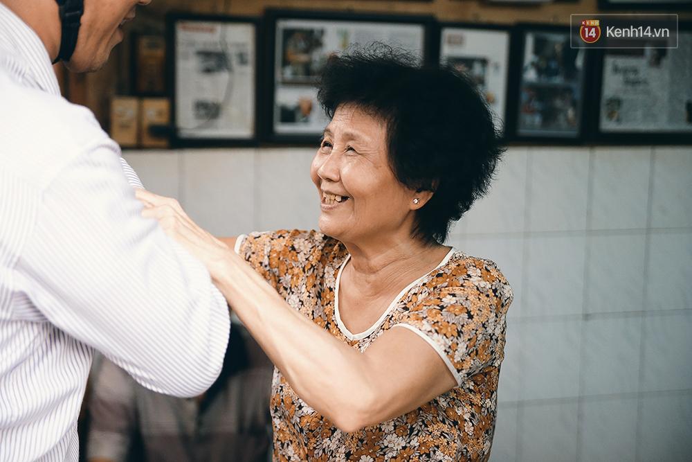Quán cafe đúng kiểu Sài Gòn xưa, hơn nửa thế kỉ qua mỗi năm chỉ đóng cửa 10 phút... - Ảnh 6.