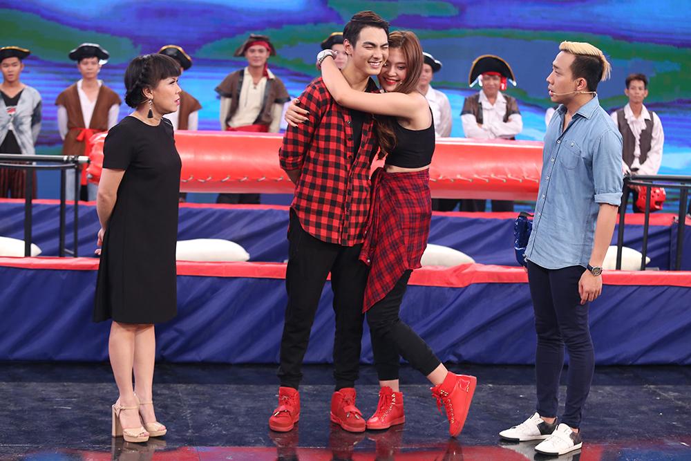 Mai Ngô lại... bĩu môi, Chúng Huyền Thanh ôm hôn bạn trai trên truyền hình - Ảnh 6.