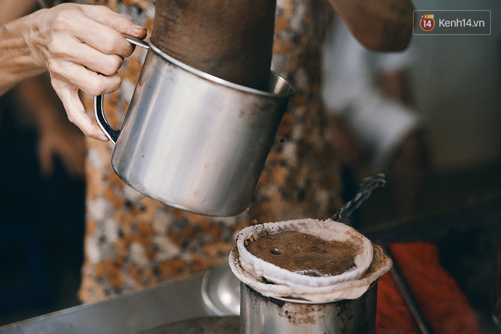 Quán cafe đúng kiểu Sài Gòn xưa, hơn nửa thế kỉ qua mỗi năm chỉ đóng cửa 10 phút... - Ảnh 10.