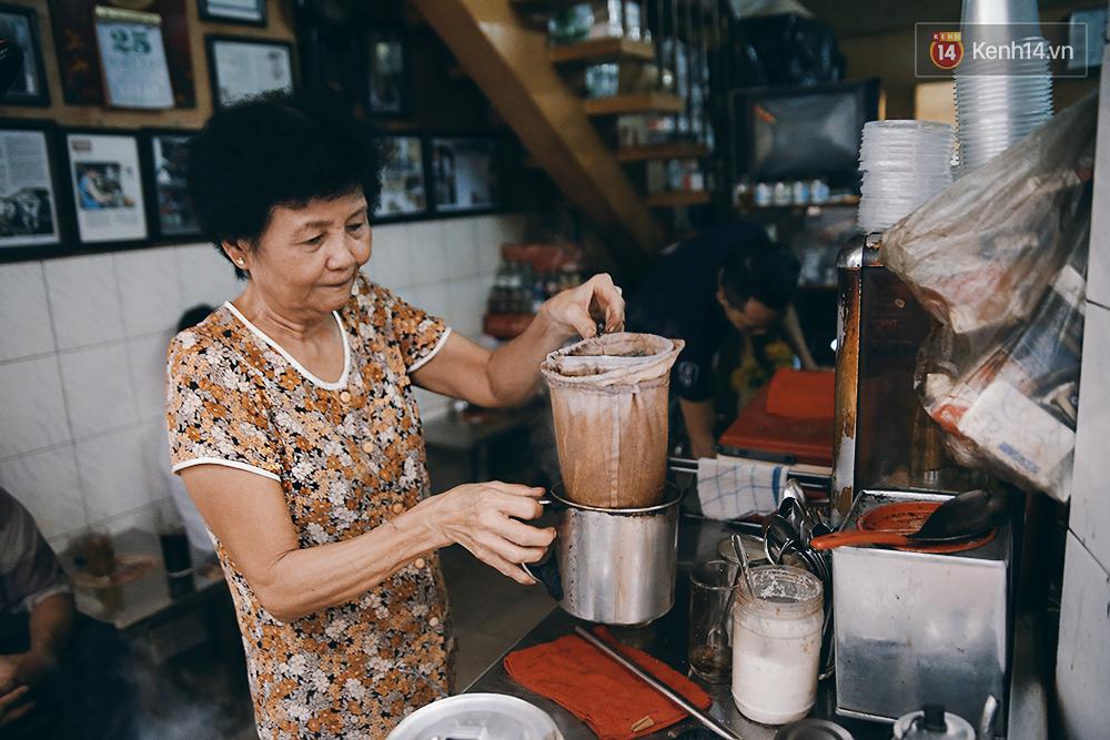 Quán cafe đúng kiểu Sài Gòn xưa, hơn nửa thế kỉ qua mỗi năm chỉ đóng cửa 10 phút... - Ảnh 8.