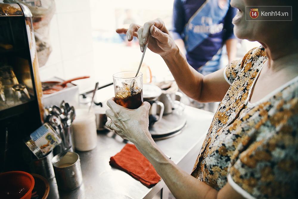 Quán cafe đúng kiểu Sài Gòn xưa, hơn nửa thế kỉ qua mỗi năm chỉ đóng cửa 10 phút... - Ảnh 7.