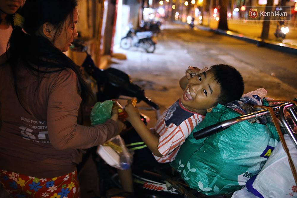 Cảnh sống thiếu trước hụt sau của hai anh em khuyết tật cùng mẹ lên Sài Gòn bán vé số mưu sinh - Ảnh 18.