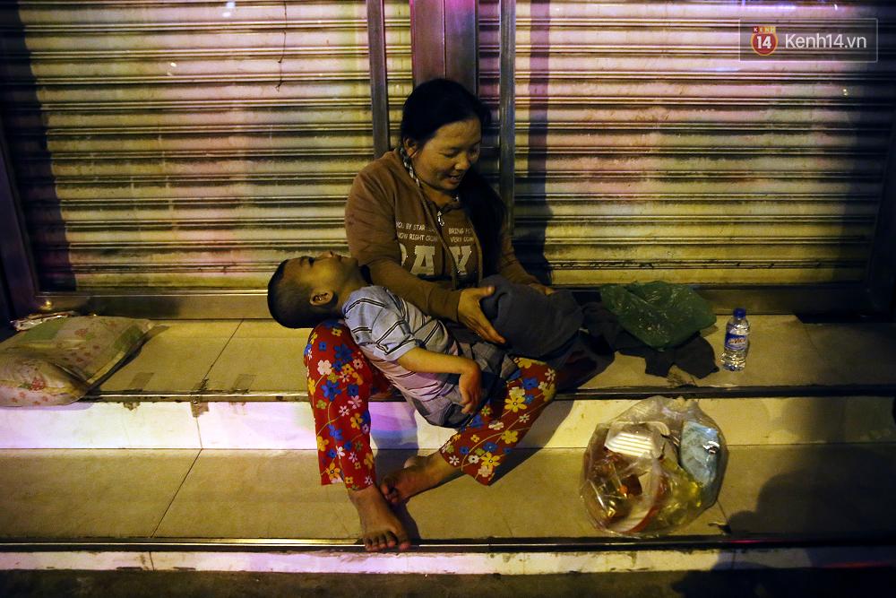 Cảnh sống thiếu trước hụt sau của hai anh em khuyết tật cùng mẹ lên Sài Gòn bán vé số mưu sinh - Ảnh 19.