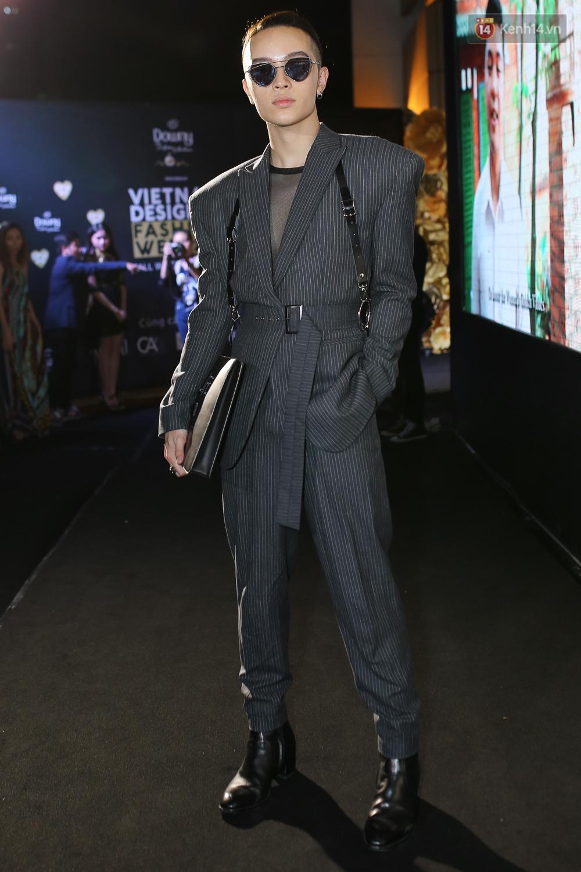 Mỹ nhân Việt khoe eo, đọ vẻ gợi cảm trên thảm đỏ ngày đầu Vietnam Designer Fashion Week - Ảnh 13.
