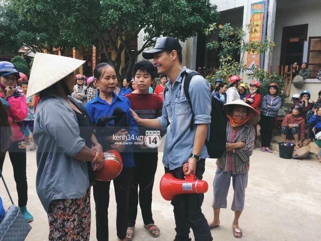 Clip: Không chỉ là phần quà cứu trợ, Phan Anh còn mang đến đây cả lời động viên và nụ cười ấm áp - Ảnh 3.