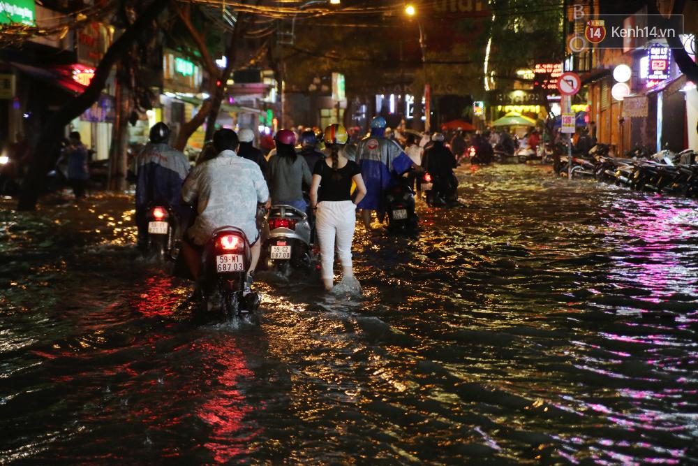 Khổ như dân công sở Sài Gòn ngày mưa lịch sử: cước Uber tăng gấp 5, 10h đêm vẫn chờ nước rút - Ảnh 2.