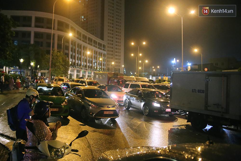 Khổ như dân công sở Sài Gòn ngày mưa lịch sử: cước Uber tăng gấp 5, 10h đêm vẫn chờ nước rút - Ảnh 15.