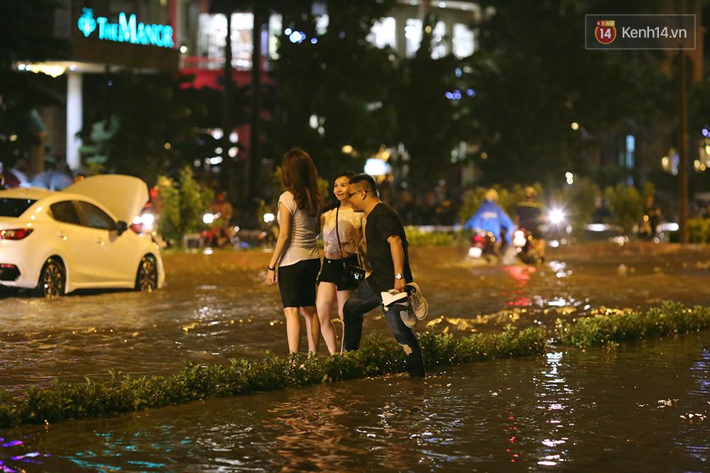 Khổ như dân công sở Sài Gòn ngày mưa lịch sử: cước Uber tăng gấp 5, 10h đêm vẫn chờ nước rút - Ảnh 11.