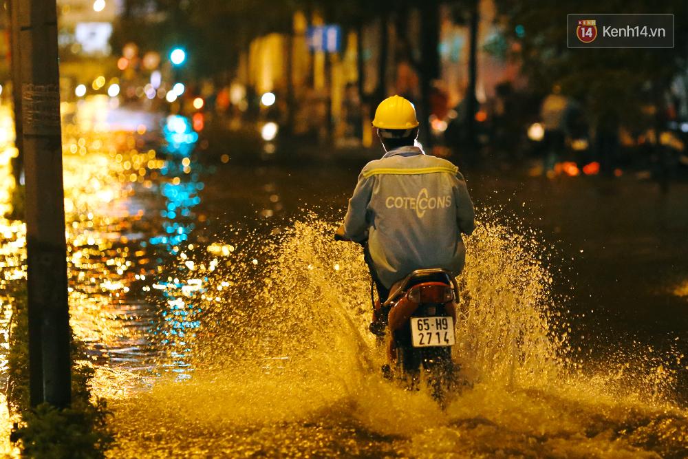 Khổ như dân công sở Sài Gòn ngày mưa lịch sử: cước Uber tăng gấp 5, 10h đêm vẫn chờ nước rút - Ảnh 17.