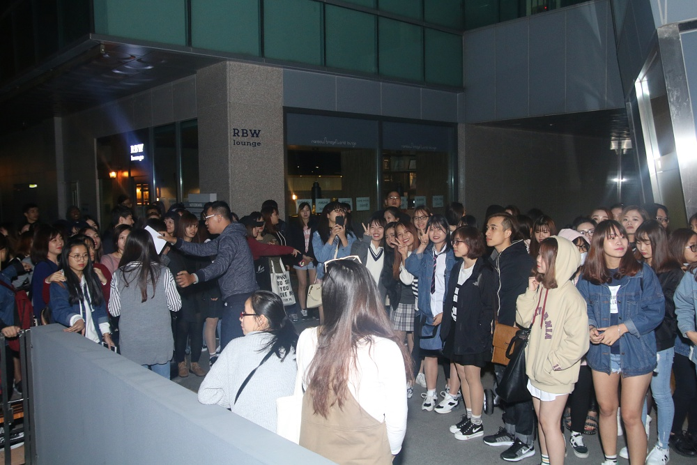 Là ca sĩ Việt đầu tiên tổ chức họp fan ở Hàn, Noo Phước Thịnh được hàng trăm khán giả vây kín ủng hộ - Ảnh 1.