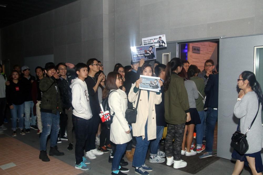 Là ca sĩ Việt đầu tiên tổ chức họp fan ở Hàn, Noo Phước Thịnh được hàng trăm khán giả vây kín ủng hộ - Ảnh 2.