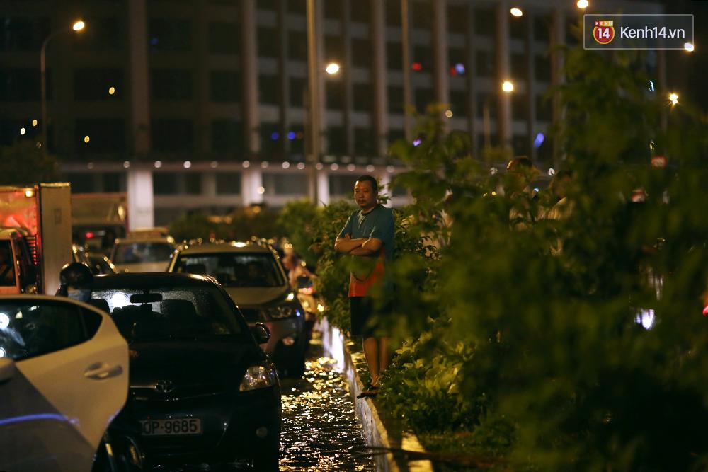 Khổ như dân công sở Sài Gòn ngày mưa lịch sử: cước Uber tăng gấp 5, 10h đêm vẫn chờ nước rút - Ảnh 10.