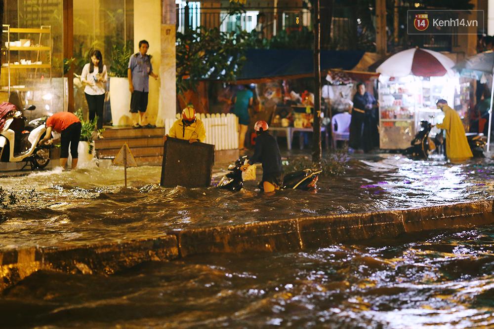 Khổ như dân công sở Sài Gòn ngày mưa lịch sử: cước Uber tăng gấp 5, 10h đêm vẫn chờ nước rút - Ảnh 12.