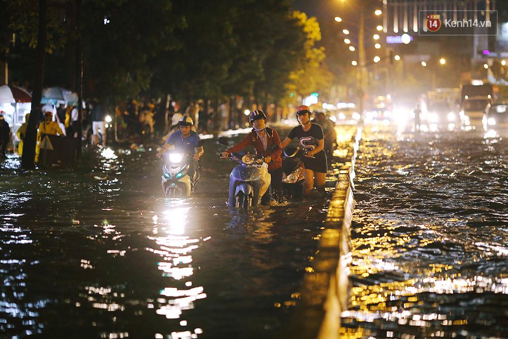 Khổ như dân công sở Sài Gòn ngày mưa lịch sử: cước Uber tăng gấp 5, 10h đêm vẫn chờ nước rút - Ảnh 13.