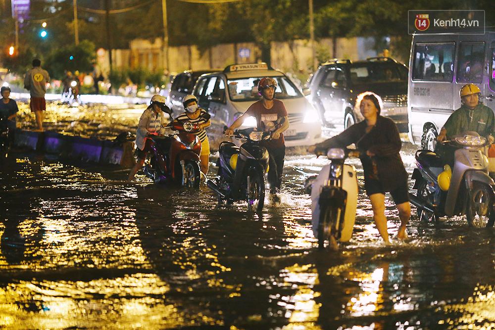 Khổ như dân công sở Sài Gòn ngày mưa lịch sử: cước Uber tăng gấp 5, 10h đêm vẫn chờ nước rút - Ảnh 19.