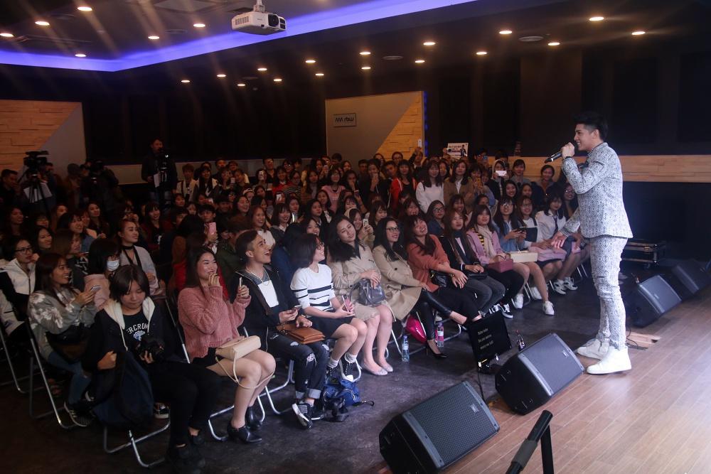 Là ca sĩ Việt đầu tiên tổ chức họp fan ở Hàn, Noo Phước Thịnh được hàng trăm khán giả vây kín ủng hộ - Ảnh 12.
