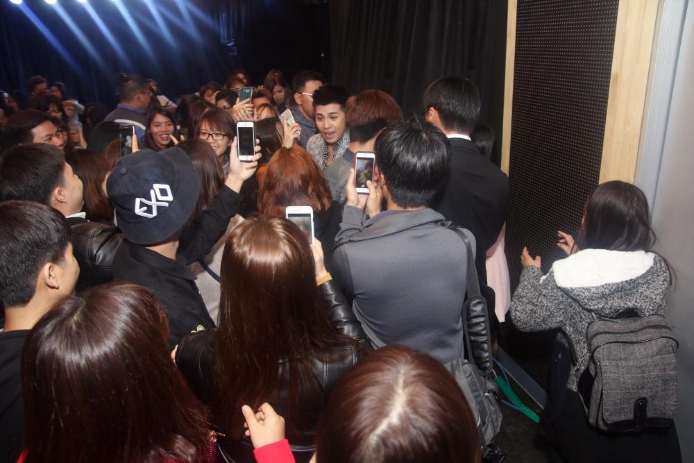 Là ca sĩ Việt đầu tiên tổ chức họp fan ở Hàn, Noo Phước Thịnh được hàng trăm khán giả vây kín ủng hộ - Ảnh 13.