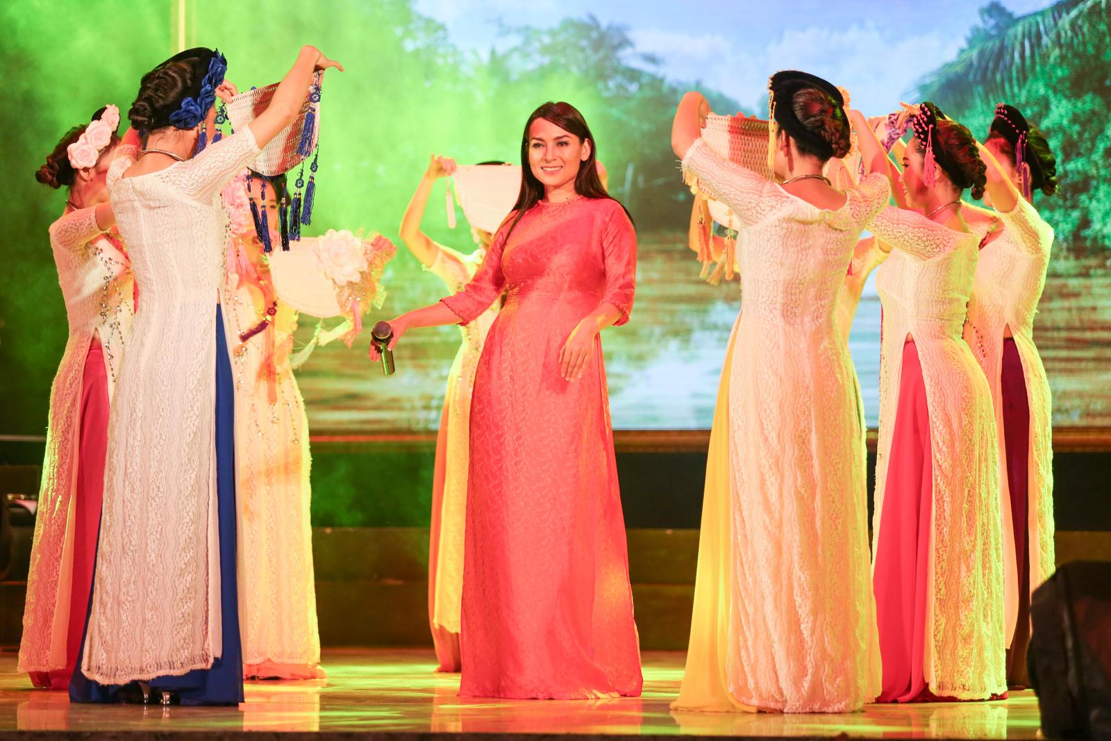 Quán quân Idol Kids Hồ Văn Cường theo chân ủng hộ mẹ nuôi Phi Nhung - Ảnh 2.