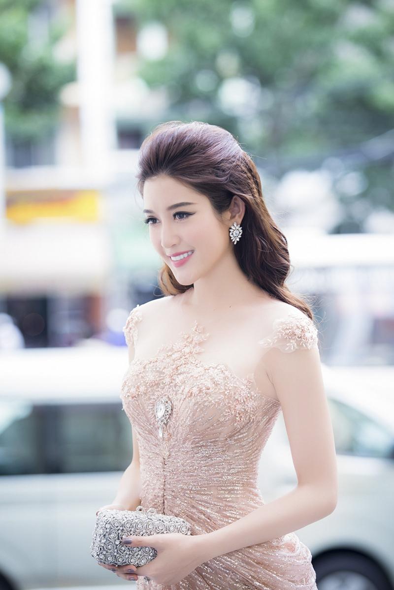 Huyền My xinh đẹp ngồi ghế nóng cùng bình luận viên Trấn Thành tại Người đẹp nhân ái HHVN 2016 - Ảnh 8.