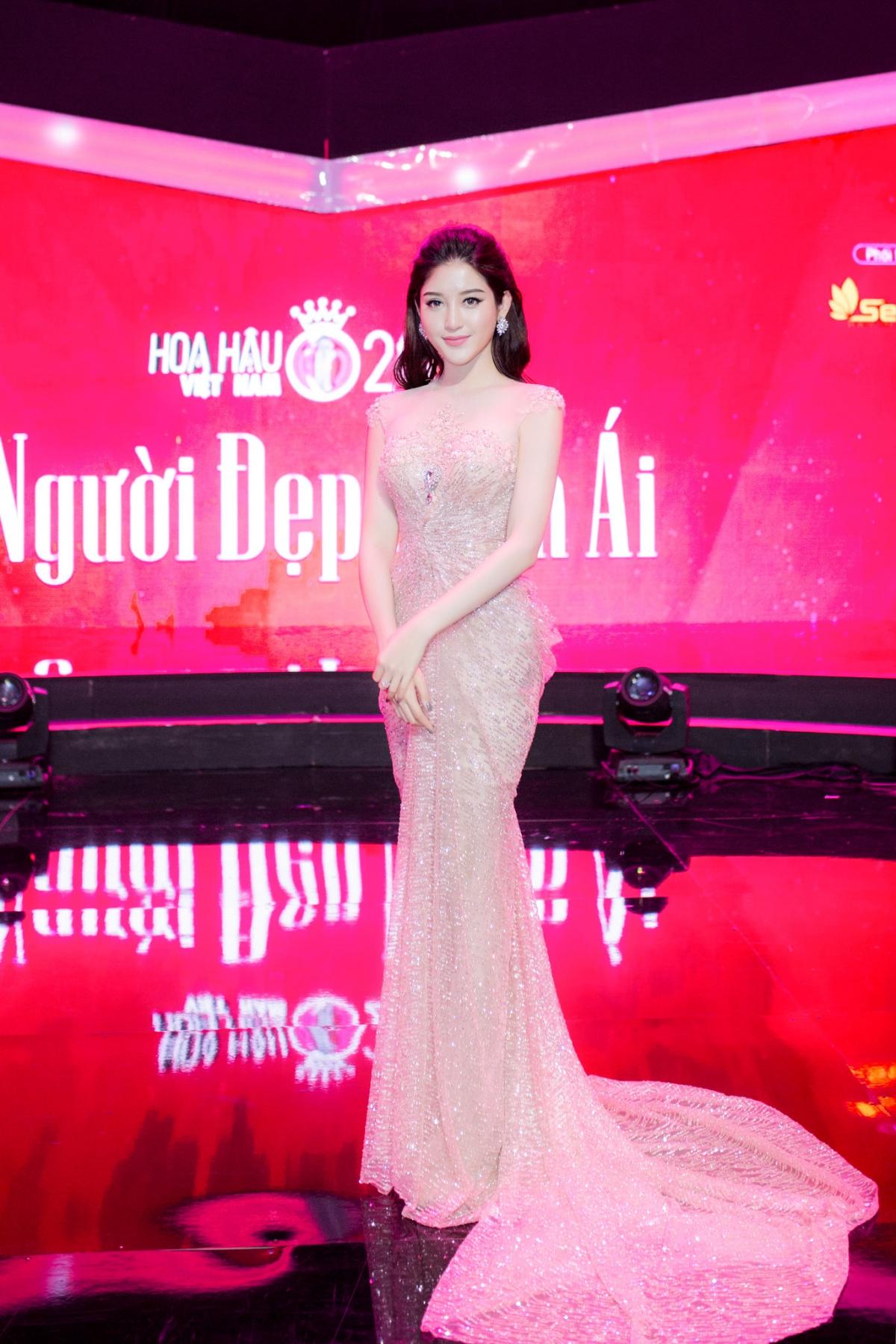 Huyền My xinh đẹp ngồi ghế nóng cùng bình luận viên Trấn Thành tại Người đẹp nhân ái HHVN 2016 - Ảnh 9.