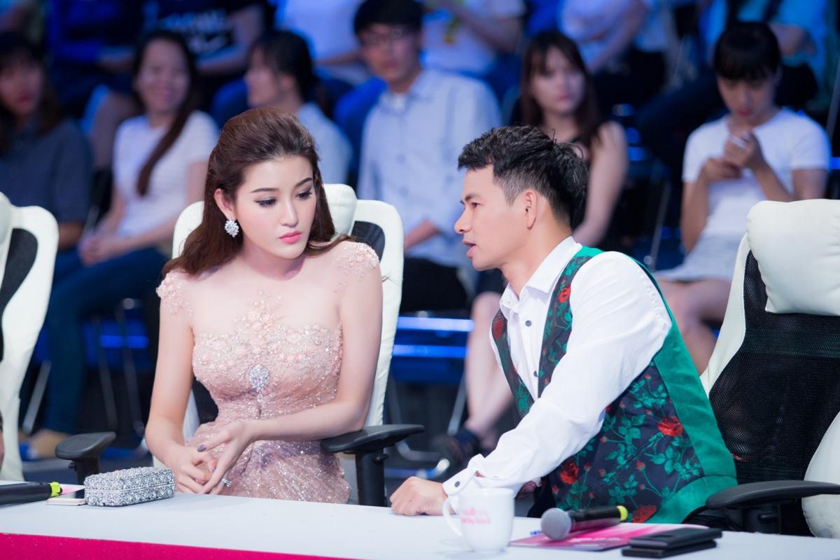 Huyền My xinh đẹp ngồi ghế nóng cùng bình luận viên Trấn Thành tại Người đẹp nhân ái HHVN 2016 - Ảnh 3.