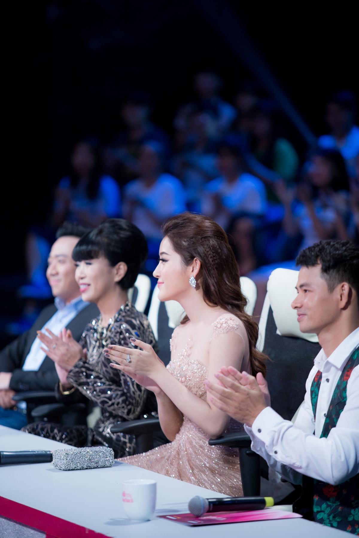 Huyền My xinh đẹp ngồi ghế nóng cùng bình luận viên Trấn Thành tại Người đẹp nhân ái HHVN 2016 - Ảnh 6.