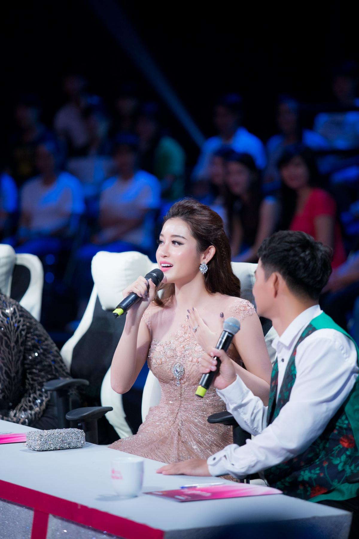 Huyền My xinh đẹp ngồi ghế nóng cùng bình luận viên Trấn Thành tại Người đẹp nhân ái HHVN 2016 - Ảnh 7.
