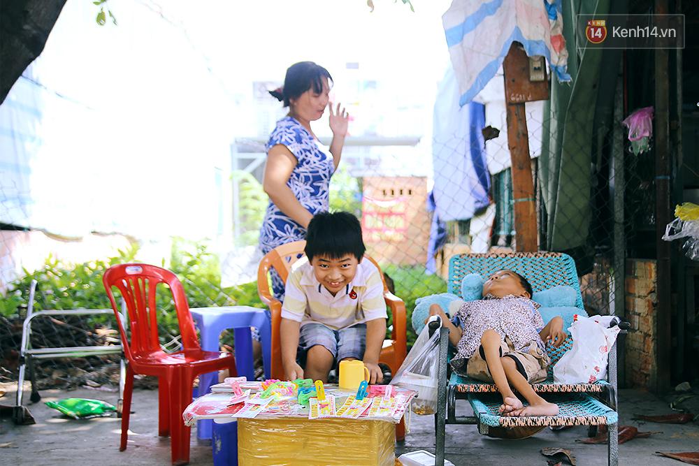 Cảnh sống thiếu trước hụt sau của hai anh em khuyết tật cùng mẹ lên Sài Gòn bán vé số mưu sinh - Ảnh 7.