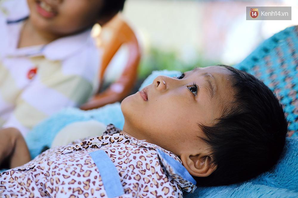 Cảnh sống thiếu trước hụt sau của hai anh em khuyết tật cùng mẹ lên Sài Gòn bán vé số mưu sinh - Ảnh 9.