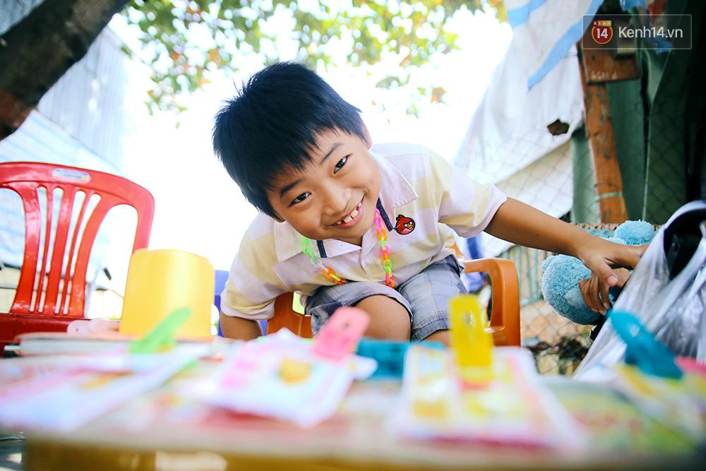 Cảnh sống thiếu trước hụt sau của hai anh em khuyết tật cùng mẹ lên Sài Gòn bán vé số mưu sinh - Ảnh 12.
