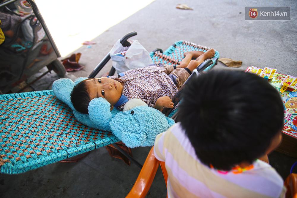 Cảnh sống thiếu trước hụt sau của hai anh em khuyết tật cùng mẹ lên Sài Gòn bán vé số mưu sinh - Ảnh 10.