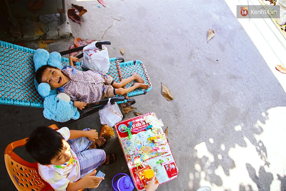 Cảnh sống thiếu trước hụt sau của hai anh em khuyết tật cùng mẹ lên Sài Gòn bán vé số mưu sinh - Ảnh 4.