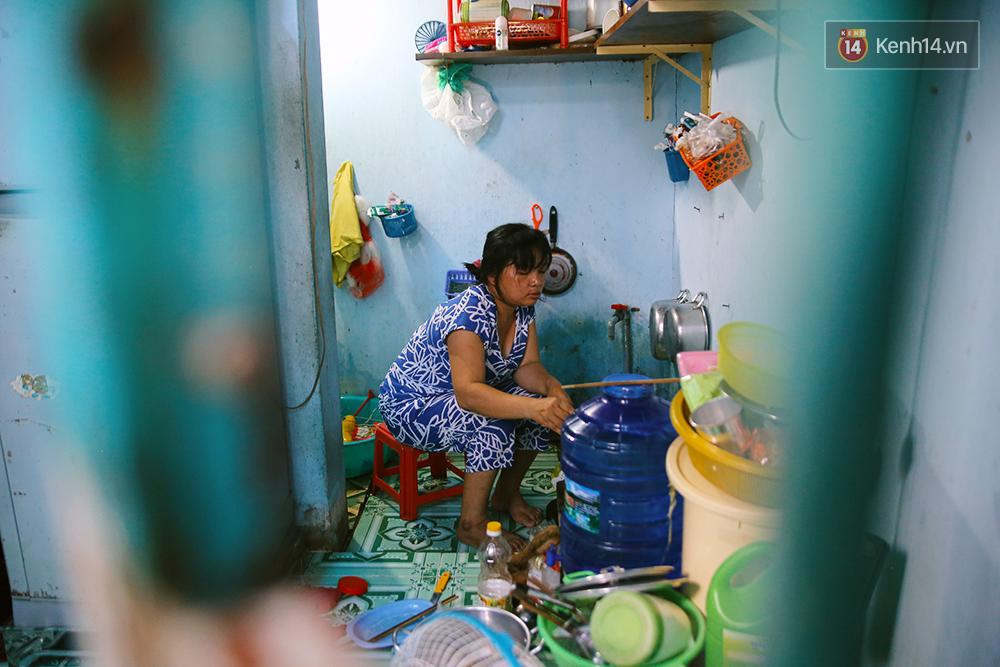 Cảnh sống thiếu trước hụt sau của hai anh em khuyết tật cùng mẹ lên Sài Gòn bán vé số mưu sinh - Ảnh 6.
