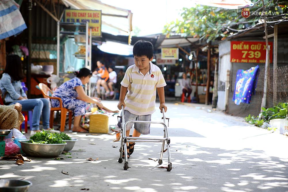Cảnh sống thiếu trước hụt sau của hai anh em khuyết tật cùng mẹ lên Sài Gòn bán vé số mưu sinh - Ảnh 13.