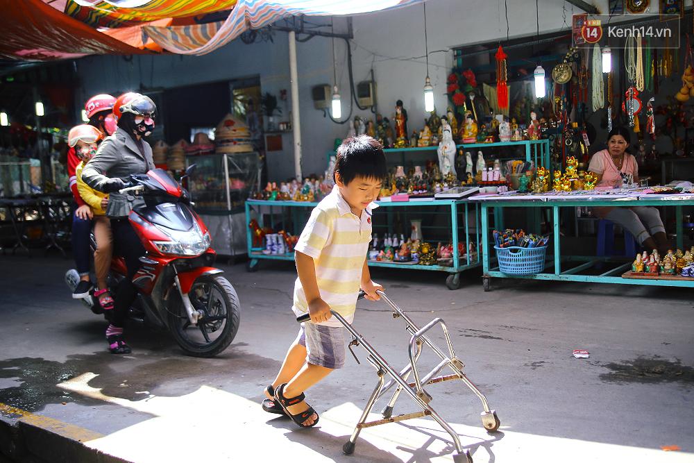 Cảnh sống thiếu trước hụt sau của hai anh em khuyết tật cùng mẹ lên Sài Gòn bán vé số mưu sinh - Ảnh 14.