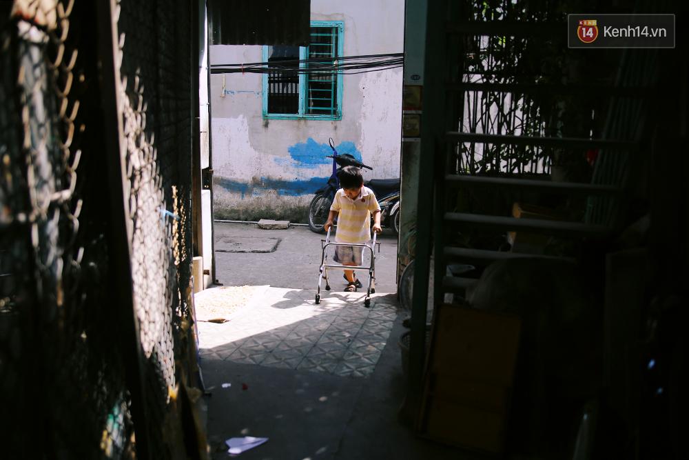 Cảnh sống thiếu trước hụt sau của hai anh em khuyết tật cùng mẹ lên Sài Gòn bán vé số mưu sinh - Ảnh 15.