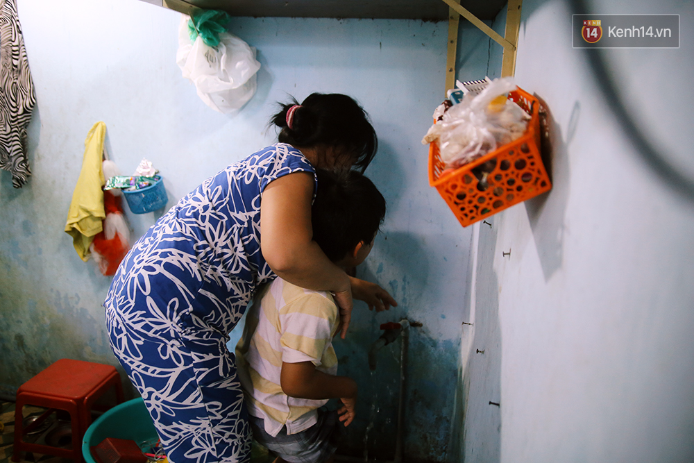 Cảnh sống thiếu trước hụt sau của hai anh em khuyết tật cùng mẹ lên Sài Gòn bán vé số mưu sinh - Ảnh 16.