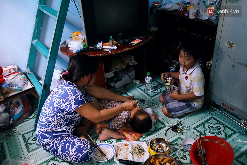 Cảnh sống thiếu trước hụt sau của hai anh em khuyết tật cùng mẹ lên Sài Gòn bán vé số mưu sinh - Ảnh 17.