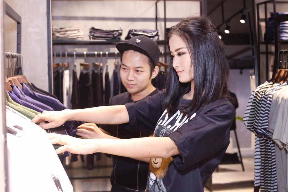 Bận rộn cho liveshow, Đông Nhi vẫn tranh thủ đưa Ông Cao Thắng đi mua sắm - Ảnh 4.