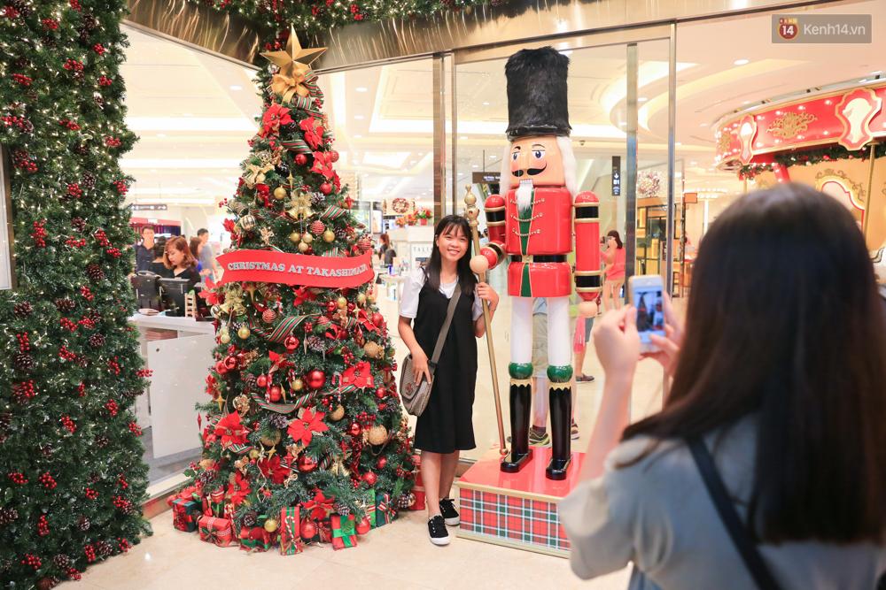Có thể bạn không để ý, Sài Gòn đã đẹp lộng lẫy và ngập tràn không khí Giáng Sinh rồi - Ảnh 7.