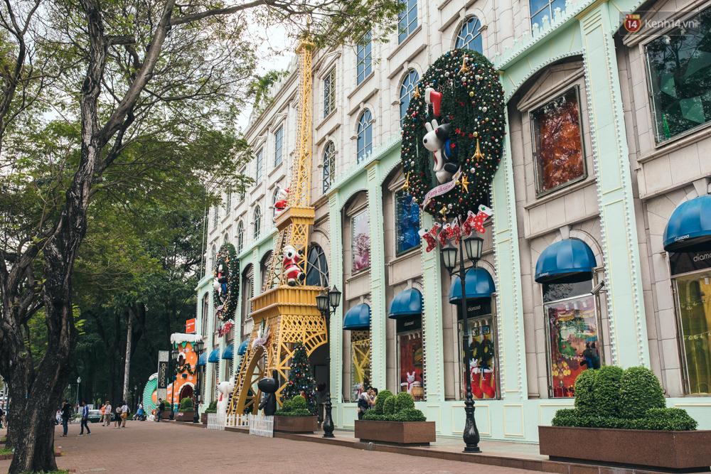 Có thể bạn không để ý, Sài Gòn đã đẹp lộng lẫy và ngập tràn không khí Giáng Sinh rồi - Ảnh 16.