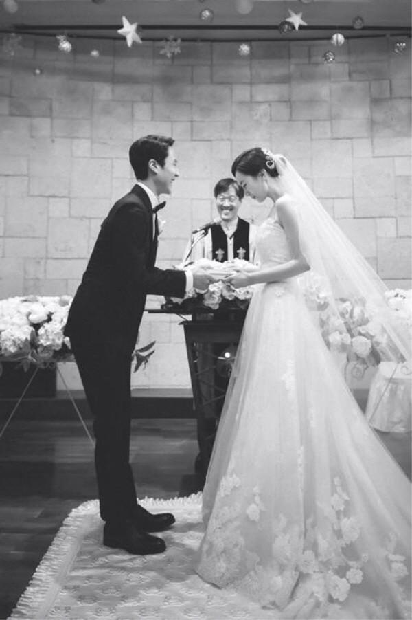 Hé lộ ảnh hiếm hoi trong đám cưới của chàng Rác Jung Woo và Kim Yoo Mi - Ảnh 1.