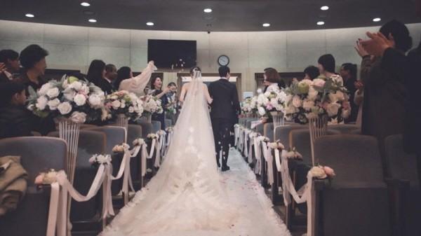 Hé lộ ảnh hiếm hoi trong đám cưới của chàng Rác Jung Woo và Kim Yoo Mi - Ảnh 2.