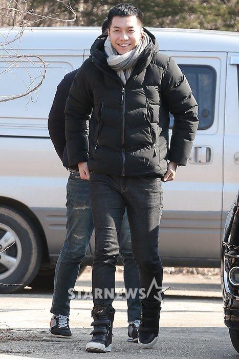 Chàng rể quốc dân Lee Seung Gi tiếp bước loạt thần tượng nhập ngũ muộn của Kpop - Ảnh 3.