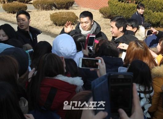 Chàng rể quốc dân Lee Seung Gi tiếp bước loạt thần tượng nhập ngũ muộn của Kpop - Ảnh 4.