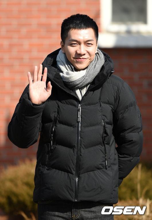 Chàng rể quốc dân Lee Seung Gi tiếp bước loạt thần tượng nhập ngũ muộn của Kpop - Ảnh 6.